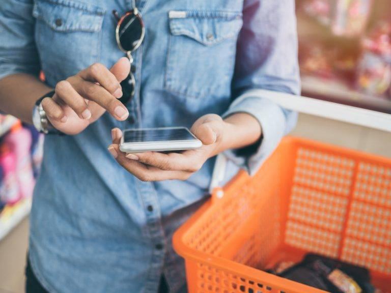 Shopper-man-phone